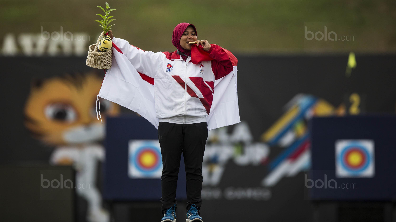 Pemanah putri Indonesia, Sri Ranti, merayakan suksesnya meraih emas SEA Games cabang panahan nomor compound di National Sports Council, Kuala Lumpur, Rabu (16/8/2017). (Bola.com/Vitalis Yogi Trisna)