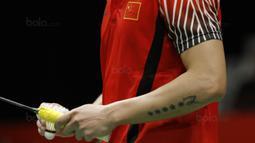 Tato Tunggal putera Cina, Lin Dan, saat melawan wakil Thailand, Kantaphon Wangcharoen, pada laga Indonesia Masters 2018 di Istora Senayan, Rabu (24/1/2018). Lin Dan takluk 21-15 21-19. (Bola.com/M Iqbal Ichsan)
