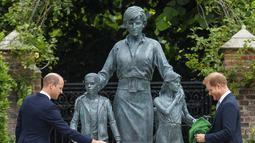 Pangeran William dan Pangeran Harry melihat patung Putri Diana di Taman Sunken, Istana Kensington, London, Inggris, Kamis (1/6/2021).  Patung Putri Diana yang dipesan oleh Pangeran William dan Pangeran Harry resmi ditampilkan ke publik pada Kamis (1/6/2021) kemarin. (Dominic Lipinski/Pool Photo via