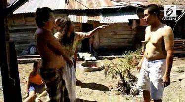 Dua orang emak-emak adu jotos dan saling jambak akibat ayam jantan yang akan dimasak saat Idul Adha ternyata mati.