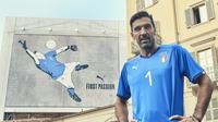 Gianluigi Buffon memamerkan jersey yang akan dikenakan timnas Italia pada Piala Dunia 2018.