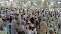 Ratusan ribu jemaah usai salat Isya di Masjid Nabawi, Madinah. (Liputan6.com/Wawan Isab Rubiyanto)