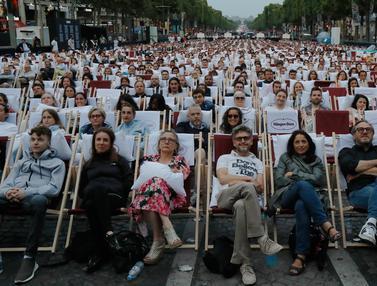Seru, Warga Paris Nikmati Nonton Film di Bioskop Terbuka