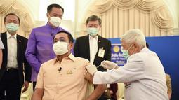 PM Thailand Prayuth Chan-ocha menerima tahap pertama vaksin Covid-19 AstraZeneca di Gedung Pemerintahan di Bangkok, Thailand (16/3/2021). Sebelumnya, Prayuth dan anggota kabinet lainnya telah dijadwalkan untuk mendapatkan suntikan pada Jumat (12/3). (Government Spokesman Office via AP)