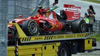 Mobil Kimi Raikkonen ringsek usai dihajar Fernando Alonso (ANDREJ ISAKOVIC / AFP)