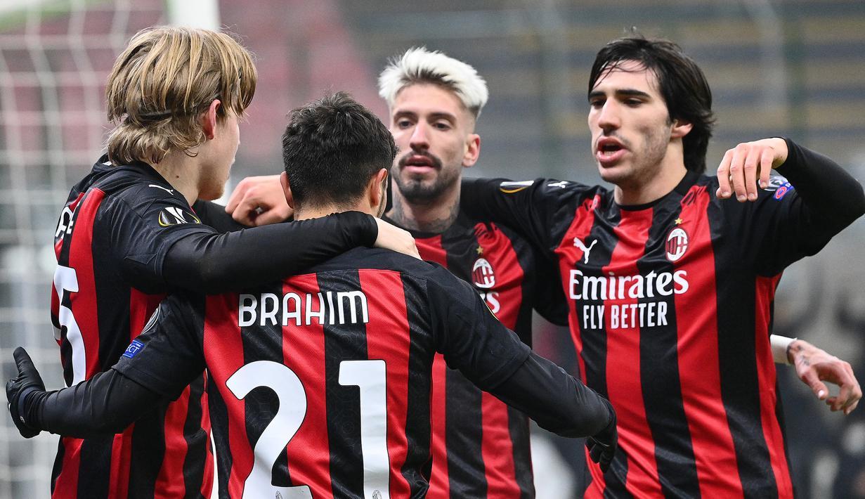 Pemain AC Milan merayakan gol yang dicetak Brahim Diaz ke gawang Celtic pada laga lanjutan Liga Europa di Stadion San Siro, Jumat (4/12/2020) dini hari WIB. AC Milan menang 4-2 atas Celtic. (AFP/Vincenzo Pinto)