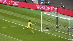Kiper Skotlandia David Marshall gagal menyelamatkan tendangan jarak jauh pemain Republik Ceko Patrik Schick pada pertandingan Grup D Euro 2020 di Stadion Hampden Park, Glasgow, Inggris, Senin (14/6/2021). Patrik Schick mencatatkan rekor gol terjauh di Euro. (AP Photo/Andy Buchanan, Pool)