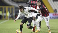 Luca Vignali dari Spezia, kiri, beraksi selama pertandingan sepak bola Serie A Italia antara Spezia dan AC Milan di stadion Alberto Picco di La Spezia, Italia, Sabtu, 13 Februari 2021. (Tano Pecoraro / LaPresse via AP)
