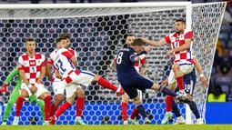 Pemain Skotlandia Callum McGregor menendang bola ke gawang Kroasia pada pertandingan Grup D Euro 2020 di Stadion Hampden Park, Glasgow, Selasa (22/6/2021). Kroasia menang 3-1. (AP Photo/Petr David Josek, Pool)