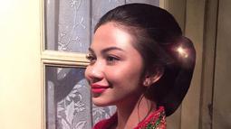 Aura kecantikan Ariel Tatum semakin terlihat saat mengenakan kebaya berwarna merah lengkap dengan tatanan gaya rambut sanggulnya. (Liputan6.com/IG/@arieltatum)