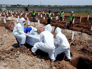 Petugas memakamkan jenazah korban COVID-19 di TPU Rorotan, Cilincing, Jakarta Utara, Kamis (29/4/2021). TPU Rorotan yang menjadi satu-satunya tempat pemakaman jenazah pasien COVID-19 di DKI ini dalam dua minggu terakhir mengalami penurunan intensitas pemakaman. (merdeka.com/Arie Basuki)