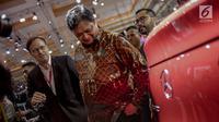 Menteri Perindustrian Airlangga Hartarto melihat mobil yang dipamerkan pada pameran otomotif Indonesia International Motor Show (IIMS) 2019 di JiExpo Kemayoran, Jakarta, Kamis (25/4). Untuk hajatan tahun ini, acara resmi dibuka oleh Menperin Airlangga Hartarto. (Liputan6.com/Faizal Fanani
