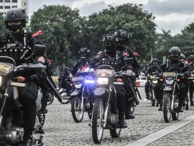Personel polisi menaiki motor saat mengikuti apel Operasi Lilin Jaya 2020 di Lapangan Silang Monas, Jakarta, Senin (21/12/2020). Operasi Lilin Jaya 2020 berlangsung mulai 21 Desember 2020 hingga 4 Januari 2021. (merdeka.com/Iqbal S. Nugroho)