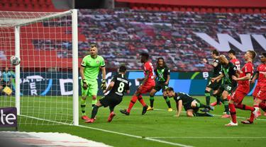 Bek Wolfsburg, Marin Pongracic, saat mencetak gol ke gawang Bayer Leverkusen pada laga pekan ke-28 Bundesliga di Stadion Bay Arena, Selasa (26/5/2020) waktu setempat. Wolfsburg menang 4-1 atas Bayer Leverkusen. (AFP/Marius Becker/POOL)