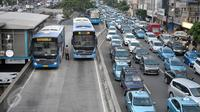 Bus Transjakarta melintas di Jalan Hayam Wuruk, Jakarta Pusat, Kamis (26/4). Target itu akan dilakukan dengan upaya penambahan armada dan pemanfaatan rute serta integrasi dengan moda transportasi lain. (Liputan6.com/Yoppy Renato)