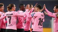Pemain Barcelona Ousmane Dembele (tengah) merayakan gol ke gawang Juventus pada pertandingan Grup G Liga Champions di Allianz Stadium, Turin, Italia, Rabu (28/10/2020). Barcelona menaklukkan Juventus 2-0. (AP Photo/Antonio Calanni)