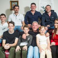 Ian Milthorpe bersama delapan orang anaknya yang rawat dan besarkan tanpa sang istri. (Sumber Foto: Mirror)