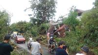 Longsor menyebabkan lahan pekuburan yang berada di daerah yang lebih tinggi itu ambruk ke Jalan Raya Manado – Tomohon. Material berupa tanah, dan batu tumpah ke jalan, yang menyebabkan kemacetan.