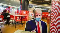 Banner bergambar karakter mantan Presiden AS, Donald Trump terlihat di Restoran Hulu Hulu, Mall Kuningan City, Jakarta, Senin (1/3/2021). Banner bergambar tersebut berguna untuk pembatas bagi pengunjung yang makan di tempat saat pandemi. (Liputan6.com/Faizal Fanani)