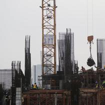 Pekerja tengah mengerjakan proyek pembangunan gedung bertingkat di Jakarta, Sabtu (15/12). Bank Indonesia (BI) memprediksi pertumbuhan ekonomi pada tahun 2019 mendatang tidak jauh berbeda dari tahun ini.(Kedaiwebsite.id)