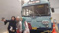 Pengunjung pameran  Indonesia Classic N Unique Bus swafoto bersama di depan bus klasik (Yurike/Liputan6.com)