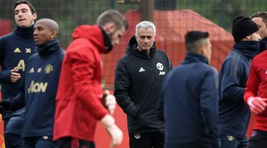 Pelatih Manchester United, Jose Mourinho melihat pemainya berlatih di Carrington di Manchester, Inggris (6/11). Manchester United akan bertanding melawan wakil Italia, Juventus pada grup H Liga Champions. (AFP Photo/Paul Ellis)