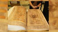 Tampilan Codex Gigas di museum Stockholm. (Sumber Wikimedia Commons)