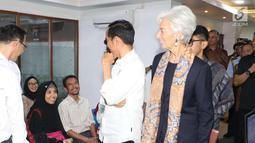 Presiden Joko Widodo dan Managing Director IMF Christine Lagarde berbincang dengan seorang pasien saat melihat fasilitas pelayanan Kartu Indonesia Sehat (KIS) di RSPP Jakarta, Senin (26/2). (Liputan6.com/Angga Yuniar)