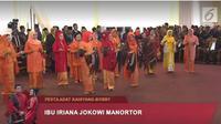 Intip penampilan kompak Ibu Iriana Jokowi dan Ibu Hanifah Siregar di pesta adat Kahiyang Ayu dan Bobby Nasution. (Liputan6/ Dokumen istimewa)