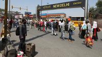 Antrean orang-orang untuk menaiki kereta api di luar stasiun New Delhi di New Delhi, Selasa (12/5/2020). India mengoperasikan kereta khusus yang akan berangkat dari kota-kota besar tertentu saat negara itu mulai melonggarkan lockdown meski kasus covid-19 masih terus bertambah. (AP/Manish Swarup)