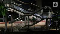 Pesepeda turun dari Jembatan Penyebrangan Orang (JPO) di Jalan Rasuna Said, Jakarta, Selasa (7/4/2020). Pemerintah telah resmi menetapkan Pembatasan Sosial Berskala Besar (PSBB) di wilayah DKI Jakarta dalam rangka percepatan penanganan COVID-19. (Liputan6.com/Helmi Fithriansyah)