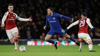 Pemain Chelsea, Eden Hazard berebut bola dengan pemain Arsenal, Granit Xhaka pada laga leg kedua babak semifinal Piala Liga di Stadion Emirates, Kamis (25/1). Arsenal lolos ke final Piala Liga setelah mengatasi perlawanan Chelsea 2-1. (AP/Matt Dunham)