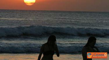 Citizen6, Bali: Para wisatawan bermain di tepi pantai usai menyaksikan sunset. (Pengirim: Erman Subekti)