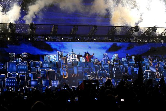The Weeknd saat tampil di Super Bowl 2021 Halftime Show. (AP Photo/David J. Phillip)