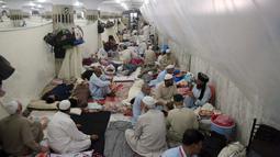 Suasana sat umat muslim melakukan itikaf atau berdiam di masjid dan menyembah Allah pada sepuluh hari terakhir bulan Ramadan di sebuah masjid di Lahore, Pakistan, Minggu (26/5/2019). (AP Photo/K.M. Chaudary)