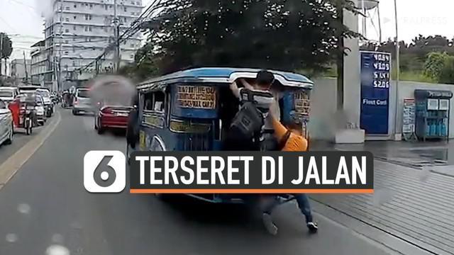 Seorang pria mengalami kejadian memalukan saat mengejar jeepney, sebutan untuk angkot di Filipina. Pria tersebut terseret karena nekat menaiki jeepney yang sedang berjalan. Belum lagi keadaan jeepney saat itu sedang penuh penumpang.