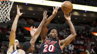 Pebasket Miami Heat, Justise Winslow, mengumpan bola saat melawan Golden State Warriors pada laga NBA di American Airlines Arena, Miami, Senin (4/12/2017). Warriors menang 123-95 atas Heat. (AP/Joe Skipper)