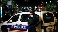 Polisi Prancis berjaga di depan stasiun kota Paris, saat sebuah operasi polisi dilakukan karena peringatan keamanan (AFP)