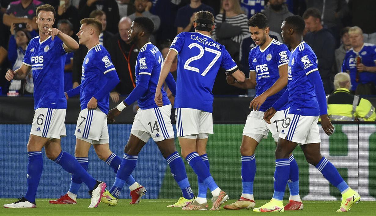 Gelandang Leicester City, Ayoze Perez (kedua kanan) berselebrasi dengan rekan satu timnya setelah mencetak gol ke gawang Napoli pada pertandingan Grup C Liga Europa di Stadion King Power di Leicester, Inggris, Jumat (16/9/2021). Leicester City bermain imbang atas Napoli 2-2. (AP Photo/Rui Vieira)
