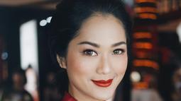 Sering pamer bared face, ternyata wanita 35 tahun ini cocok banget menggunakan makeup tebal. Begini salah satu inspirasi gaya makeup bold dengan bulu mata tebal dan panjang ala pemeran Iriana di film 'Jokowi'. Lipstik merah menyala juga membuat Phia makin anggun.(Liputan6.com/IG/@prisia)