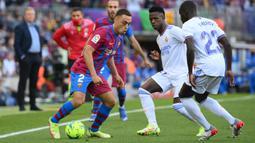 Barcelona memperoleh peluang pertamanya pada menit ke-25. Tembakan Sergino Dest dari jarak dekat usai menerima umpan Ansu fati masih melayang di atas mistar. (AFP/Lluis Gene)