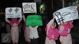 Sejumlah anak kecil mengumandangkan takbir sambil berkeliling di kawasan tanah abang, Jakarta,Selasa (5/7) Bagi Umat Muslim Indonesia mengumandangkan Takbir ialah sebagai suatu tanda menyambut hari Raya Idul Fitri 1437 Hijriah. (Liputan6.com/Helmi Afandi)