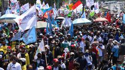 Ribuan buruh melakukan aksi di depan Gedung DPR RI, Jakrta, Selasa (25/8/2020). Aksi tersebut menolak draft omnibus law RUU Cipta Kerja yang diserahkan pemerintah kepada DPR. (Liputan6.com/Angga Yuniar)