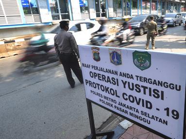 Petugas gabungan menggelar Operasi Yustisi Protokol COVID-19 di Jati Padang, Jakarta Selatan, Kamis (17/9/2020). Operasi itu untuk menegakan penerapan protokol kesehatan, terutama dalam penggunaan masker guna menekan penyebaran virus corona. (merdeka.com/Arie Basuki)