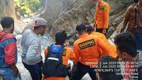 Foto : Tim SAR saat mengevakuasi jenazah wanita muda yang terjatuh ke jurang (Liputan6.com/Ola Keda)