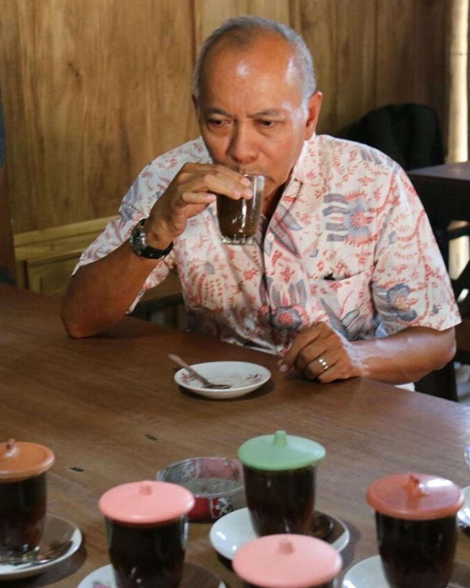 Pakar kuliner Bondan Winarno 'Maknyus' saat menikmati kopi santan khas Blora di Jepangrejo. Bondan wafat pada usia 67 tahun di Rumah Sakit Harapan Kita, Jakarta. (Intagram/maknyusbw)