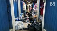 Para pedagang merapikan toko mereka usai banjir merendam Pasar Cipulir, Jakarta, Jumat (3/1/2020). Meski banjir telah surut, akitivitas jual beli di Pasar Cipulir masih belum kembali normal. (Liputan6.com/Angga Yuniar)