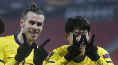 Penyerang Tottenham, Son Heung-min (kanan) berselebrasi dengan Gareth Bale usai mencetak gol ke gawang Wolfsberger AC pada leg pertama babak 32 besar Liga Europa di stadion Puskas Arena di Budapest, Hongaria, Jumat (19/2/2021). Tottenham menang telak atas Wolfsberger 4-1. (AP Photo/Laszlo Balogh)