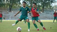 Dua pemain Persebaya Surabaya, Muhammad Hidayat dan Reva Adi Utama, tampak serius menjalani latihan. (Dok. Persebaya)