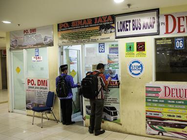 Calon penumpang membeli tiket bus antar provinsi di Terminal Pulo Gebang, Jakarta, Kamis (8/6). Penjual mengeluhkan sepinya pembelian tiket bus di Pulo Gebang karena masih banyaknya terminal bayangan yang beroperasi. (Liputan6.com/Faizal Fanani)